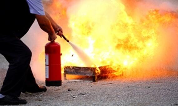 Kompleksowe internetowe szkolenie BHP zgłębiające tematykę ochrony przeciwpożarowej i ewakuacji. Uczestnikami kursu mogą być pracownicy wykonujący dowolny zawód. Szkolenie przez internet wprowadza uczestników w dziedzinę ochrony przeciwpożarowej, przestawiając najważniejsze zagadnienia